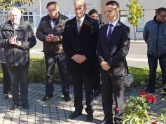 Koszorúzás a zalaegerszegi 56-os emlékműnél Nagy Zoltán megyei képviselővel és az MSZP helyi tagjaival (2016. október 23.)