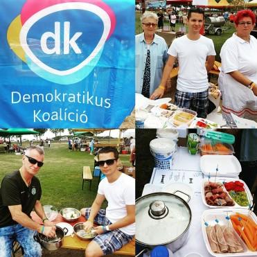 Jótékonysági nap az Aquacityben. Prószát süt a DK-s csapat. (2017. augusztus 12.)